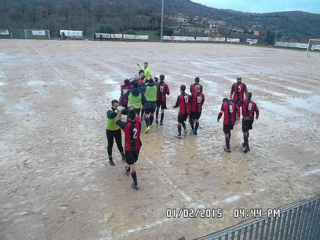 l'arbitro invita i rossoblu a riprendere il gioco